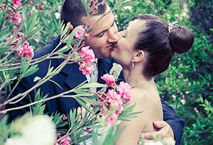 Esküvői fotózás Pécsen, egy gyönyörű kertben
